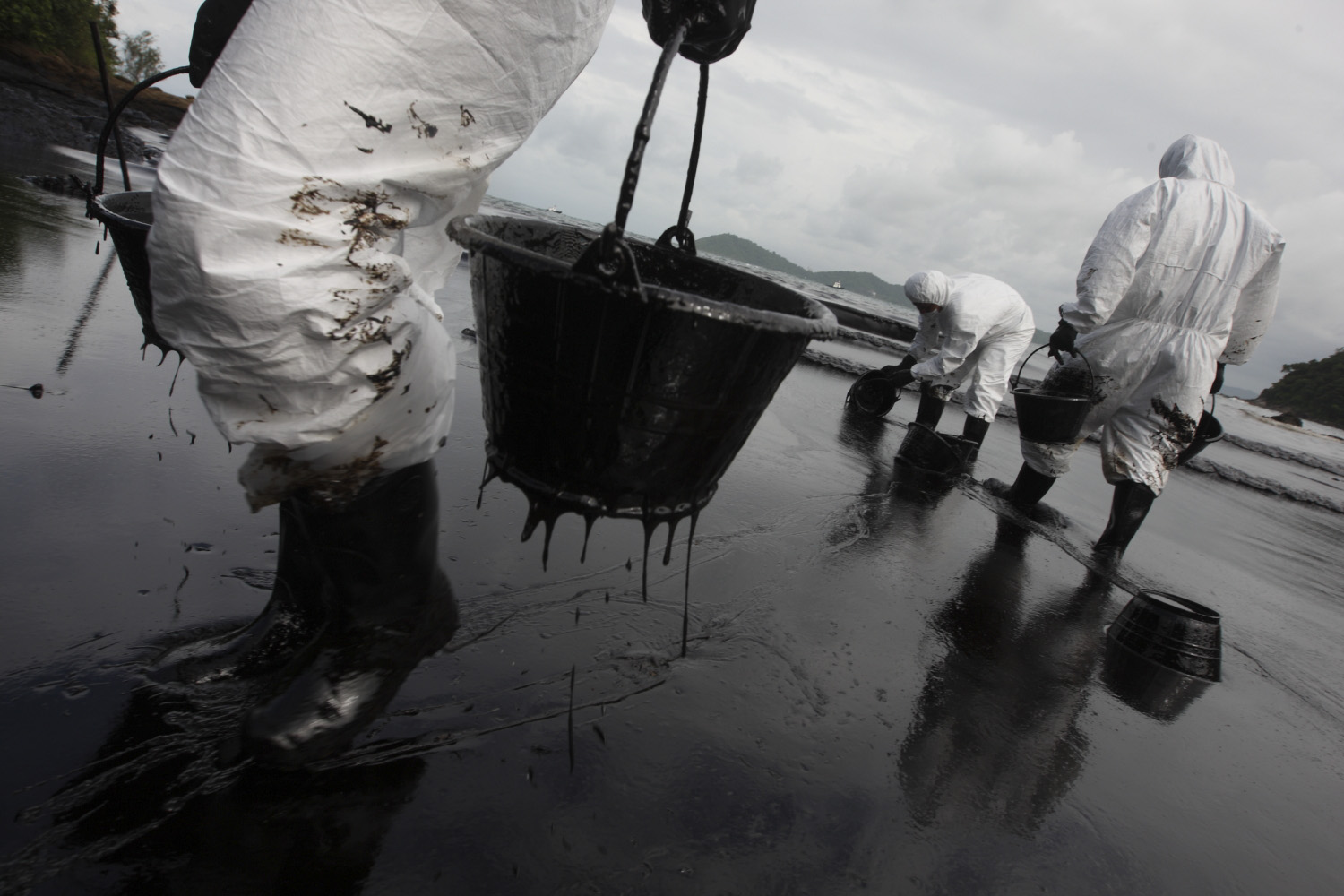 the impacts of oil spills on Impacts and management of oil spill pollution along the nigerian coastal areas  peter c nwilo and olusegun t badejo abstract nigeria has a coastline of.